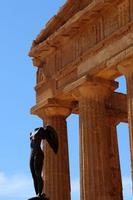 Valle dei Templi Valle dei Templi con le statue di Mitoraj  - Agrigento (2962 clic)