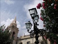 Luci spente, fiori accesi Prospettiva verso l'alto a Taormina  - Taormina (3349 clic)