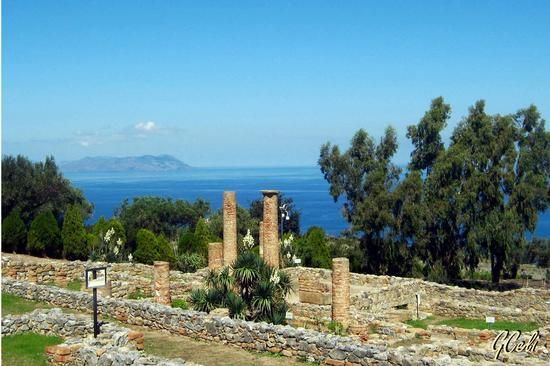 Area Archeologica con Vulcano sullo sfondo - TINDARI - inserita il 04-Nov-13