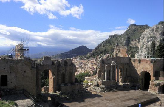 Teatro Greco Romano e scorcio cittadino - TAORMINA - inserita il 25-Nov-13