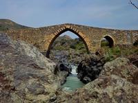 Ponte dei Saraceni Il Ponte dei Saraceni è un ponte in pietra risalente al IX secolo sul fiume Simeto. Collega il territorio di Adrano con quello di Centuripe.  - Adrano (3226 clic)