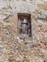 La finestra nella finestra. Una volta negli anni 50 per evitare la dispersione di calore, si usavano simili aperture.  - Leonforte (2651 clic)