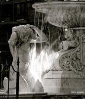 Fontana dell'Amenano. La Fontana dell'Amenano detta anche fontana dell'acqua a lenzuolo - opera dello scultore TITO ANGELINI nato a Napoli nel 1806 e morto nel 1878 - La fontana è stata realizzata nel 1867.  E' molto apprezzata da turisti e Catanesi.  - Catania (2767 clic)