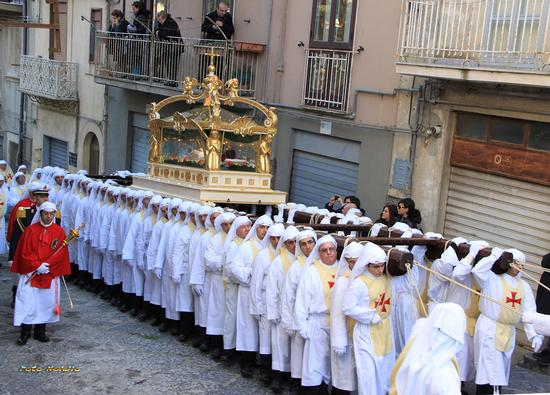 Confrati in processione con la bara di Gesù morto. - ENNA - inserita il 09-Apr-13