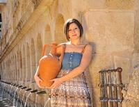 Una bella fotomodella che prende l'acqua fresca dalla Granfonte   - Leonforte (2963 clic)