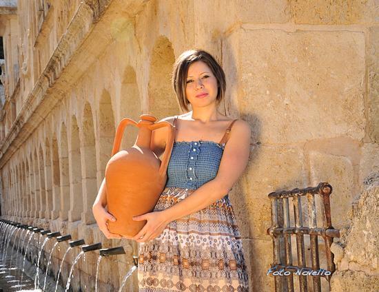 Una bella fotomodella che prende l'acqua fresca dalla Granfonte - LEONFORTE - inserita il 22-Jan-13