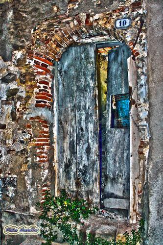 Una vecchia porta di casa. - LEONFORTE - inserita il 08-Oct-13