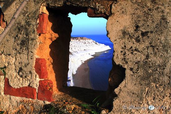 Vista sul mare da un rudere a Realmonte - SCALA DEI TURCHI - inserita il 22-Nov-12