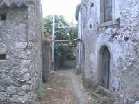 Novara di Sicilia - frazione vallancazza - via Bertani ( quartiere semi abbandonato )  - Novara di sicilia (4431 clic)