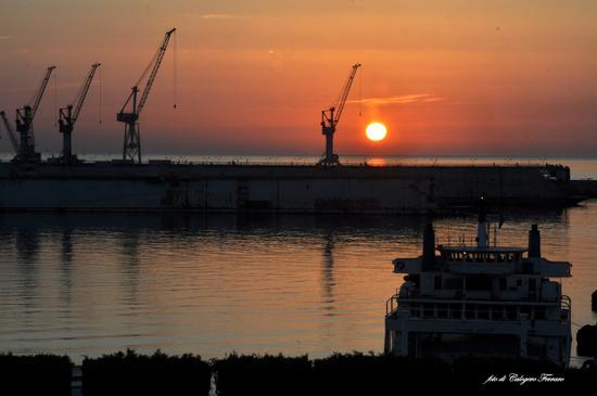 Alba al porto di Palermo, vista dall'Hotel Ibis Styles - Palermo - inserita il 29-Sep-16