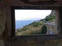una finestra sul mare, locali del faro di Capo Zafferana   - Aspra (1542 clic)