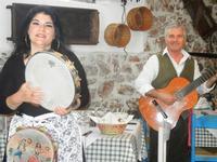 SIKANIA - Compagnia di canto e musica popolare - Giuseppina Priolo (tamburello e voce solista) e Santo Arceri (chitarra percussioni e voce) - Bosco di Scorace - Il Contadino - 13 maggio 2012  - Buseto palizzolo (343 clic)