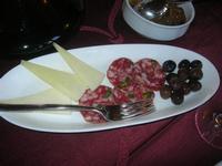 antipasto: formaggio fresco, salame ed olive nere - Baglio Arcudaci - 1 aprile 2012  - Bruca (753 clic)