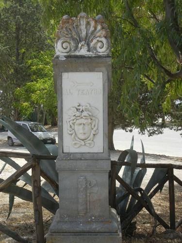 nella zona archeologica l'indicazione per raggiungere il Teatro - SEGESTA - inserita il 15-Jun-15
