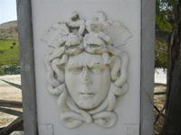 Medusa - zona archeologica - particolare dell'indicazione per raggiungere il Teatro - 5 agosto 2012  - Segesta (1678 clic)