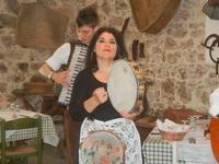 SIKANIA - Compagnia di canto e musica popolare - Giuseppina Priolo (tamburello e voce solista) e  Michele Ditta (fisarmonica) - Bosco di Scorace - Il Contadino - 13 maggio 2012  - Buseto palizzolo (336 clic)