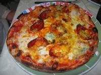 Pizza ai Quattro Formaggi con salame piccante - La Lanterna - 22 aprile 2012  - Alcamo marina (1958 clic)