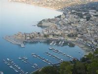panorama dal Belvedere - porto, Castello e scorcio della città - 1 giugno 2012  - Castellammare del golfo (727 clic)