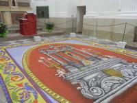 Tappeto Artistico in segatura colorata, sale e sabbia bianca 4,2 m X 6,20 m - Chiesa SS. Trinità - 22 aprile 2012  - Calatafimi segesta (473 clic)