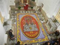 Tappeto Artistico in segatura colorata, sale e sabbia bianca 4,2 m X 6,20 m - Chiesa SS. Trinità - 22 aprile 2012  - Calatafimi segesta (482 clic)