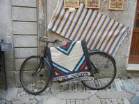 antica bicicletta e tappeti dell'artigianato locale - 1 aprile 2012  - Erice (457 clic)