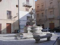 fontana in piazza Mons. Pasquale T. Lombardo, già Purgatorio - 9 settembre 2012  - Marsala (388 clic)