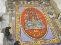 Tappeto Artistico in segatura colorata, sale e sabbia bianca 4,2 m X 6,20 m - Chiesa SS. Trinità - 22 aprile 2012  - Calatafimi segesta (441 clic)