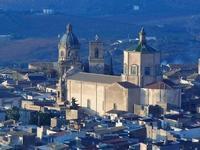 panorama città dal Monte Bonifato - chiese e cupole: Collegio o Chiesa del Gesù e Basilica di Santa Maria Assunta - 10 settembre 2012  - Alcamo (404 clic)
