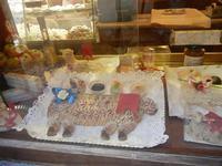 agnelli pasquali, realizzati con pasta di mandorle, esposti in vetrina - 1 aprile 2012  - Erice (1801 clic)