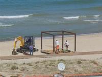 Zona Plaja - lavori in corso per la passerella sulla spiaggia - 31 luglio 2012  - Alcamo marina (706 clic)