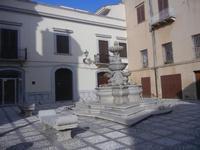 fontana in piazza Mons. Pasquale T. Lombardo, già Purgatorio - 9 settembre 2012  - Marsala (368 clic)