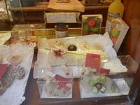 agnelli pasquali, realizzati con pasta di mandorle, esposti in vetrina - 1 aprile 2012  - Erice (1178 clic)