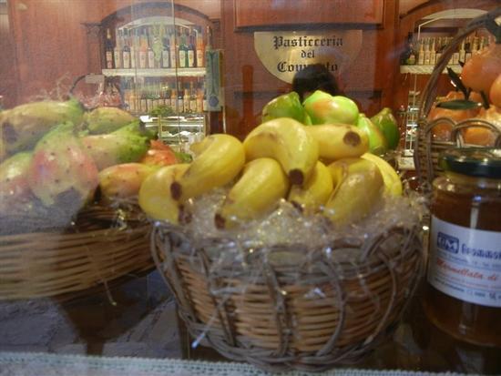 frutta martorana in vetrina - ERICE - inserita il 30-May-14