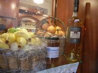 frutta martorana, miele e zibibbo in vetrina - 1 aprile 2012  - Erice (1109 clic)