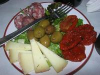 antipasto: salame, olive, formaggio fresco e pomodori secchi - Bosco di Scorace - Il Contadino - 13 maggio 2012  - Buseto palizzolo (934 clic)
