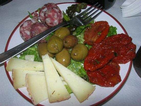 antipasto: salame, olive, formaggio fresco e pomodori secchi - BUSETO PALIZZOLO - inserita il 27-Nov-14