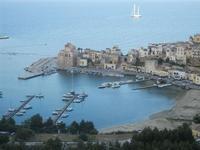 Cala Marina, scorcio città e veliero ormeggiato nel golfo - 8 maggio 2012  - Castellammare del golfo (385 clic)