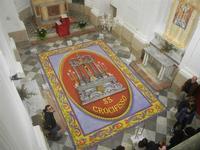 Tappeto Artistico in segatura colorata, sale e sabbia bianca 4,2 m X 6,20 m - Chiesa SS. Trinità - 22 aprile 2012  - Calatafimi segesta (1431 clic)