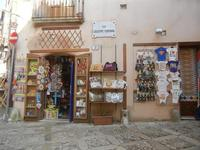 bottega souvenir in via Giuseppe Fontana - 1 aprile 2012  - Erice (951 clic)