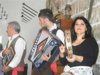 SIKANIA - Compagnia di canto e musica popolare - Giuseppina Priolo (tamburello e voce solista), Santo Arceri (chitarra percussioni e voce) e  Michele Ditta (fisarmonica) - Bosco di Scorace - Il Contadino - 13 maggio 2012  - Buseto palizzolo (325 clic)
