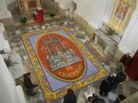 Tappeto Artistico in segatura colorata, sale e sabbia bianca 4,2 m X 6,20 m - Chiesa SS. Trinità - 22 aprile 2012  - Calatafimi segesta (475 clic)