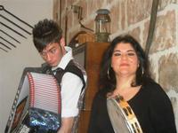 SIKANIA - Compagnia di canto e musica popolare - Giuseppina Priolo (tamburello e voce solista) e  Michele Ditta (fisarmonica) - Bosco di Scorace - Il Contadino - 13 maggio 2012  - Buseto palizzolo (292 clic)