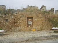 edicola votiva dedicata al Sacro Cuore di Gesù e ruderi - 20 maggio 2012  - Salaparuta (2443 clic)