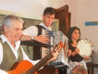 SIKANIA - Compagnia di canto e musica popolare - Giuseppina Priolo (tamburello e voce solista), Santo Arceri (chitarra percussioni e voce) e  Michele Ditta (fisarmonica) - Bosco di Scorace - Il Contadino - 13 maggio 2012  - Buseto palizzolo (366 clic)