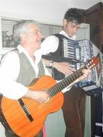 SIKANIA - Compagnia di canto e musica popolare - Santo Arceri (chitarra percussioni e voce) e  Michele Ditta (fisarmonica) - Bosco di Scorace - Il Contadino - 13 maggio 2012  - Buseto palizzolo (304 clic)