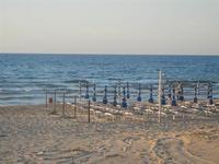 Spiaggia Playa - sdraie ed ombrelloni in riva al mare - 6 giugno 2012  - Castellammare del golfo (238 clic)