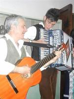 SIKANIA - Compagnia di canto e musica popolare - Santo Arceri (chitarra percussioni e voce) e  Michele Ditta (fisarmonica) - Bosco di Scorace - Il Contadino - 13 maggio 2012  - Buseto palizzolo (348 clic)