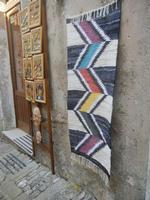 tappeto dell'artigianato locale e bottega souvenir - 12 agosto 2012  - Erice (632 clic)