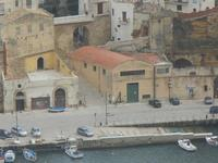 panorama dal Belvedere - scorcio della città: case sul porto, scalinata Porta Marina e Ponte della Porta - 22 gennaio 2012  - Castellammare del golfo (392 clic)