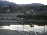 Baia di Guidaloca - Papirolandia e riflessi sul fiume - 1 aprile 2012  - Castellammare del golfo (1087 clic)